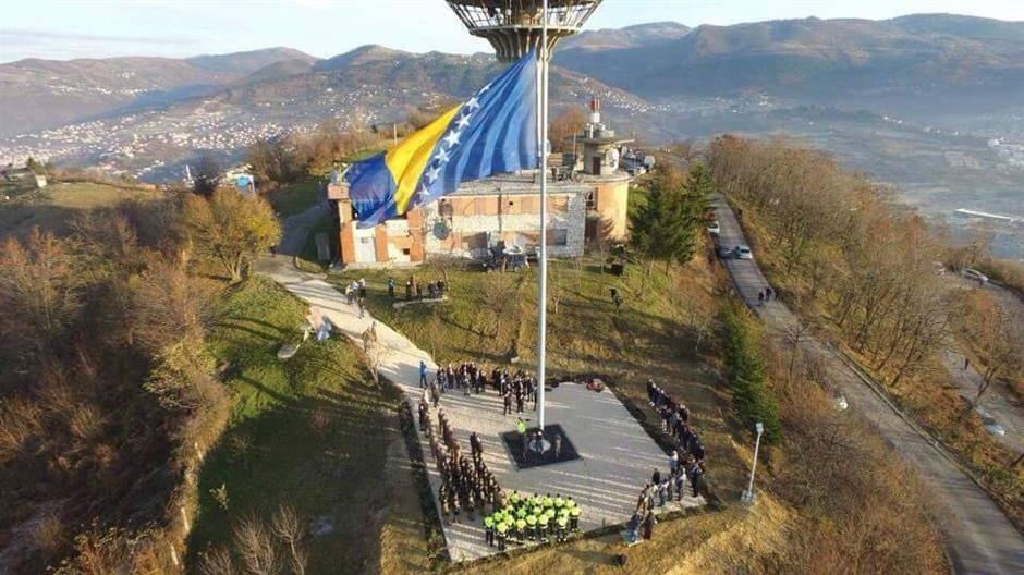 Na Dan državnosti BiH 25. novembra na brdu Hum iznad Sarajeva podignuta je najveća zastava BiH, na jarbolu visine 30 metara dimenzija 12x6 metara.