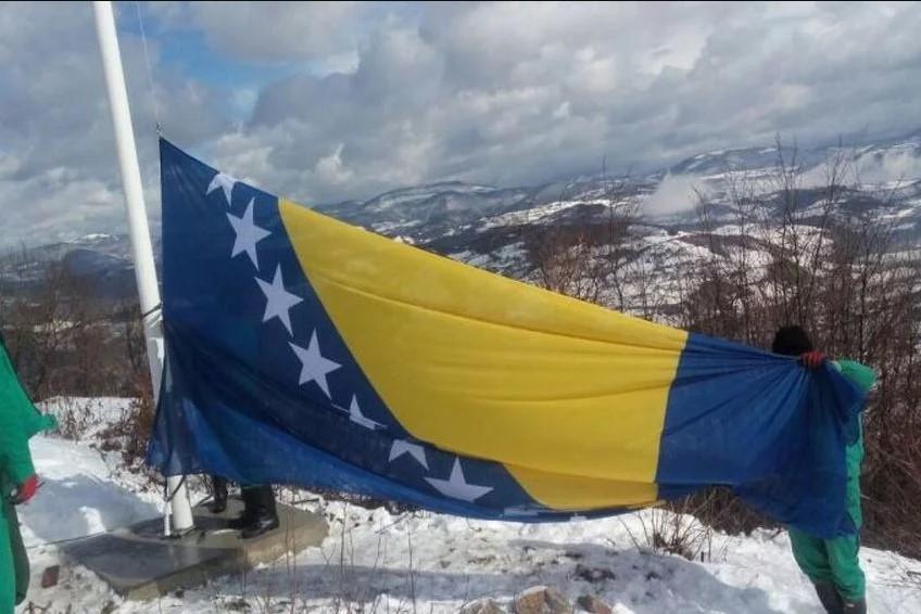 Jarbol sa zastavom BiH visine 14 metara postavljen na lokalitetu kraljevskog grada Visoki